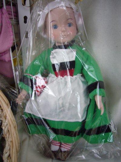 j'ai trouvé de vieilles poupées porcelaine que j'ai relookée certaines en mode breizh et d'autres en laine