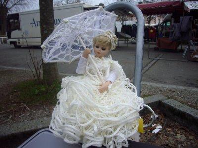 celle-ci est une lampe , la robe est en tricot et l'ombrelle s'ouvre et se ferme
